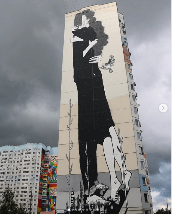 Moscow mural of woman and man kissing
